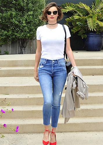 Đường nét cơ thể quyến rủ khi kết hợp áo thun ôm với skinny jeans