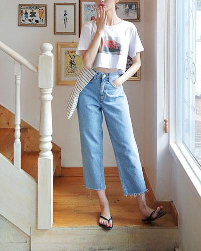 Duyên dáng, tự tin nhưng rất thoải mái trong trang phục hằng ngày với jeans ống suông.