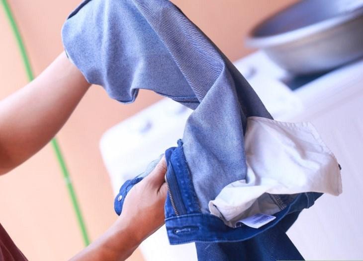 Lộn quần jeans trước khi giặt giúp quần không bi phai màu