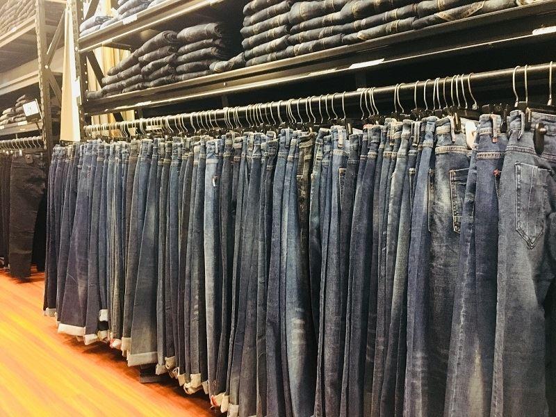 Gốc trưng bày dành của một cửa hàng chuyên quần jeans chỉ dành cho nam giới