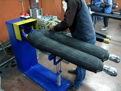Cận cảnh hình nộm bong bóng kết hợp với máy nến khí trong một cơ sở may jeans