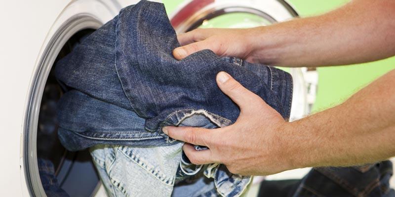 Không nên giặt quần jeans quá nhiếu lần sẽ làm chúng mau hư.