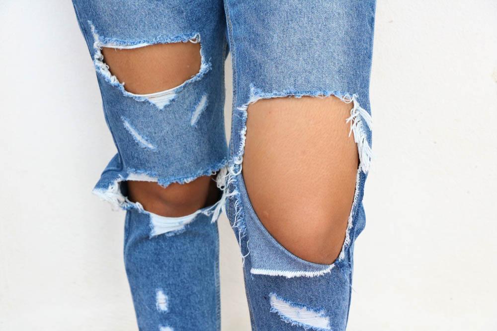 """Lỗ thủng hay còn gọi là Hole trên một quần jeans mang phong cách """"BỤI"""""""