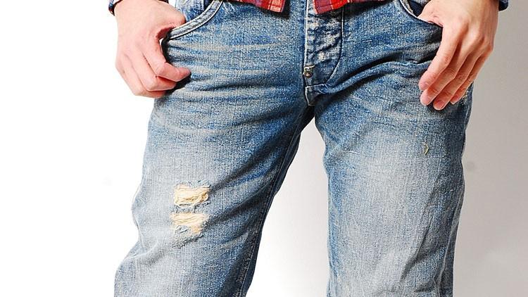 """Quần jeans nam mang phong cách """"Bụi"""" với hiệu ứng mài mòn đến từ Wash ướt và vết xé rách đến từ Wash khô."""