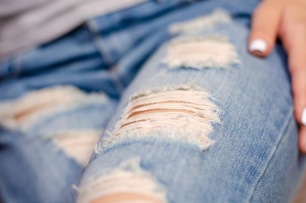 Vết xé hay còn gọi là Shreds trên một chiếc quần jeans nữ