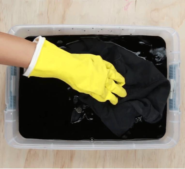 Vo kỹ và nhún cả quần jean vào thuốc nhuộm. Ngâm quần từ 1 tới 2 tiếng cho thuốc nhuộm thấm vào sợi vải.