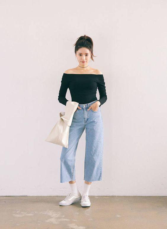 Áo thun gọn gàng kết hợp với quần jeans phong cách