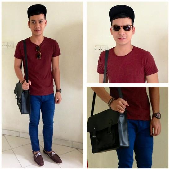 Áo thun màu đỏ sậm phối với quần jean xanh mới lạ