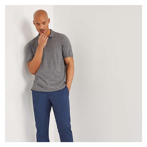 Áo thun màu xám tro phối với quần jean xanh khá mới lạ những vẫn đề cao vẻ nam tính