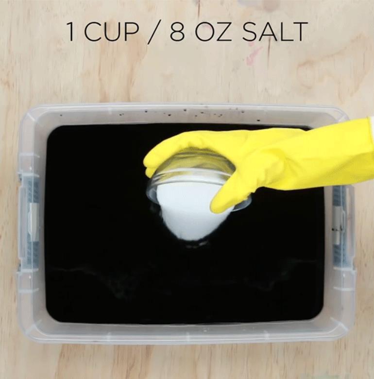 Bỏ muối vào hỗn hợp sau đó khoáy đều lần nữa. Muối giúp vải giữ màu tốt hơn