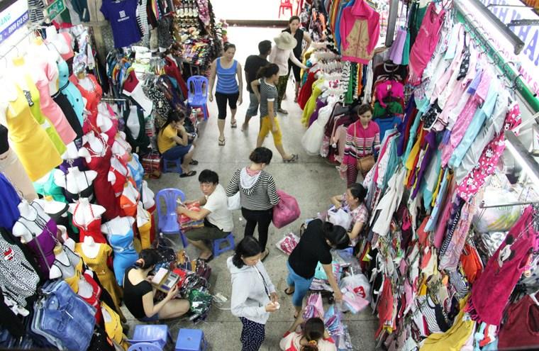 Chợ An Đông - Hình ảnh  buôn bán áo quần bên trong chợ