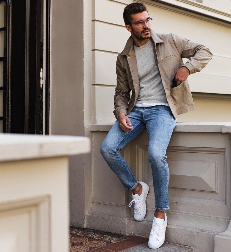 Dạo phố phong cách cùng sét đồ áo thun xam mix với quần jean xanh cùng áo khoác nhẹ bên ngoài.