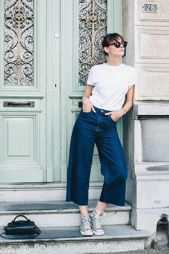 Giầy sneaker kết hợp với áo phông quần jeans ống rộng trẻ trung năng động