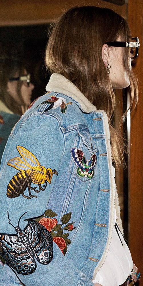 Giới diễn viên người mẫu cũng rất yêu thích những loại quần áo jean được thêu những họa tiết bắt mắt.