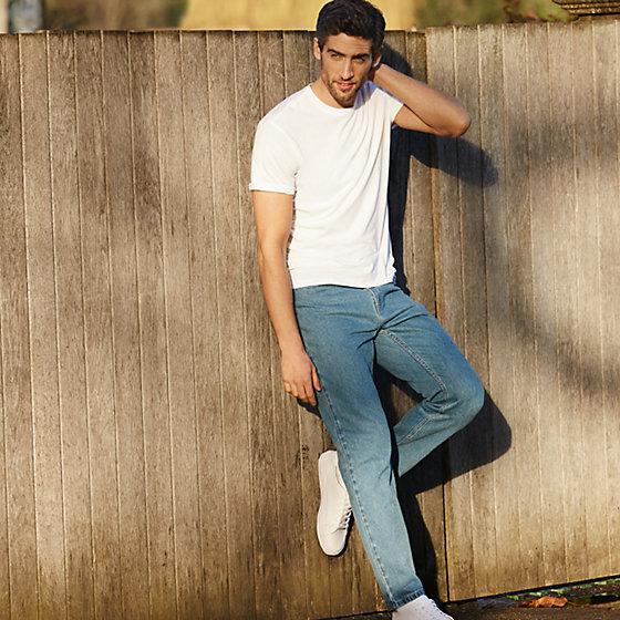 Light blue jean phối với áo thun trắng cực kỳ đơn giản mà rất nam tính.