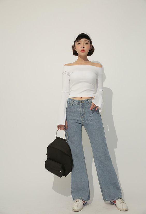 Phối áo trễ vai với quần jeans ống rộng tạo nên sữ sang chảnh kiêu kỳ cho các nàng