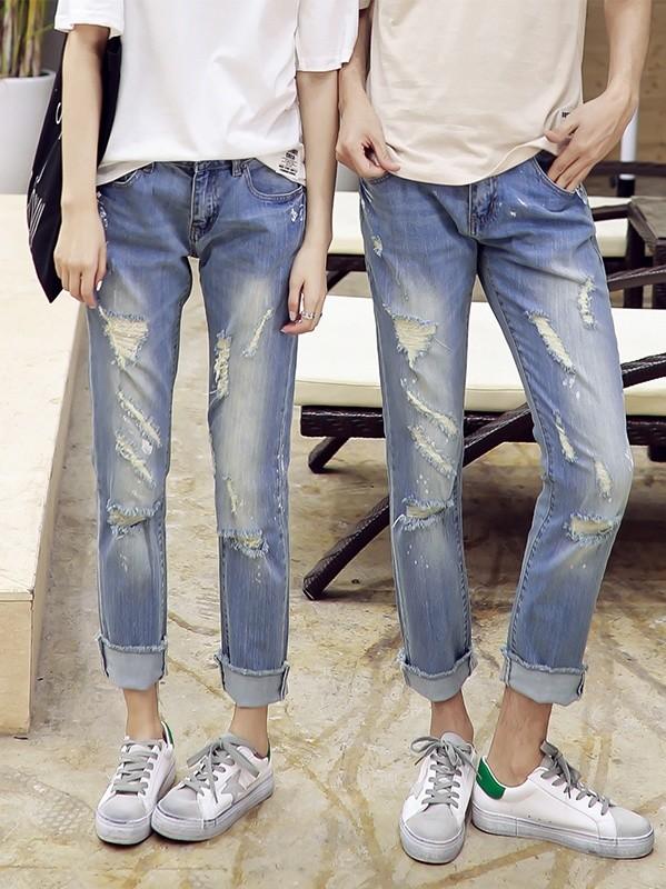 Phong cách xé xước (ripped jeans) được áp dụng lên Couple jean danh cho các cặp đôi có cá tính mạnh mẽ