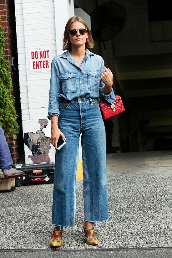 Quân jean ống rộng kết hợp với áo jeans mới là phong cách