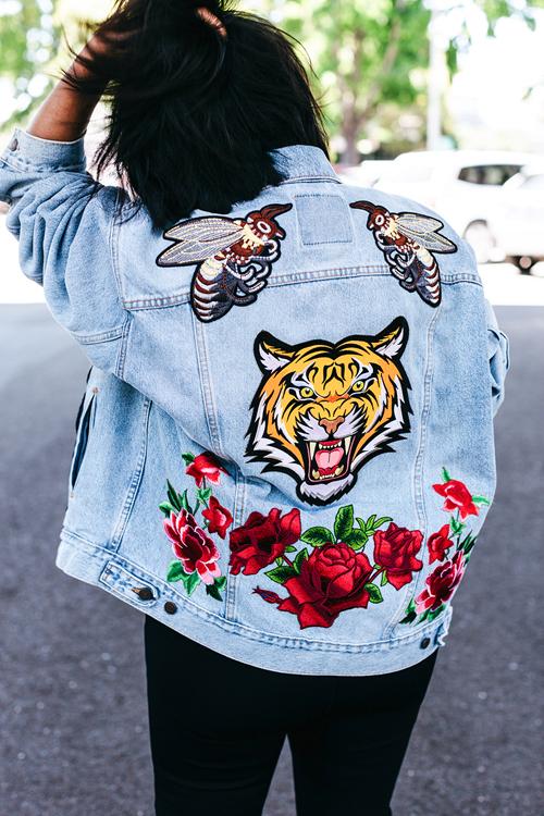 Tự do thể hiện cá tính trên chiếc áo jean của một bạn trẻ