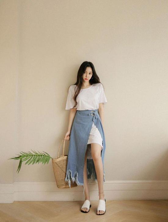 Váy xẻ denim đang là loại váy hot trend tại Hàn Quốc. Loại váy đang được giới fashionista yêu thích