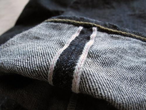 Cận cảnh mép thắc nút của quần vải