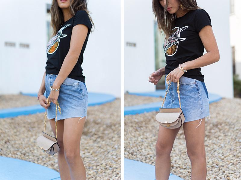 Chân váy phối với áo thun cực đẹp rất thích hợp cho các buổi du lịch dã ngoại ngoài trời cùng bạn bè