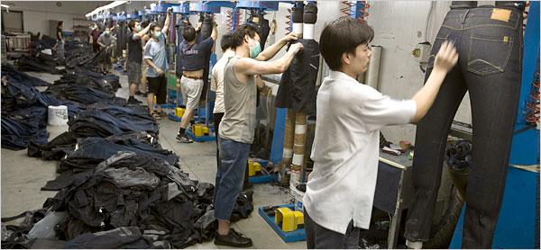 Một xưởng sản xuất quần Jeans tại Trung Quốc đang Wash tạo kiểu cho quần jean của mình.