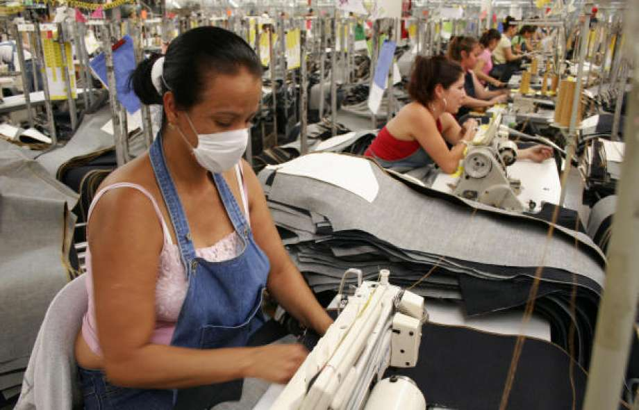 Một xưởng may quần jeans tại Mexico đang trong quá trình ráp quần hoàn thiện sản phẩm.