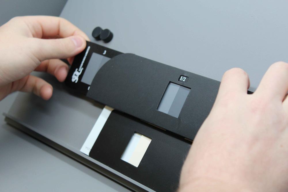 Sử dụng thước xám (grey scale)  để so sánh độ bền màu. giữa hai mẫu vải. Phía trên  là thước xám, phia dưới là 2 mẫu vải đang so sánh