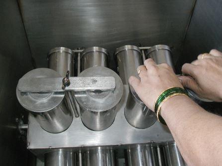 Thực hiện thử nghiệm riêng từng mẫu trong mỗi cốc thép riêng biệt.