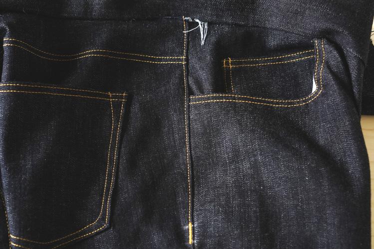 Cận cảnh đường may sideseam của một chiếc quần jeans dành cho nam giới