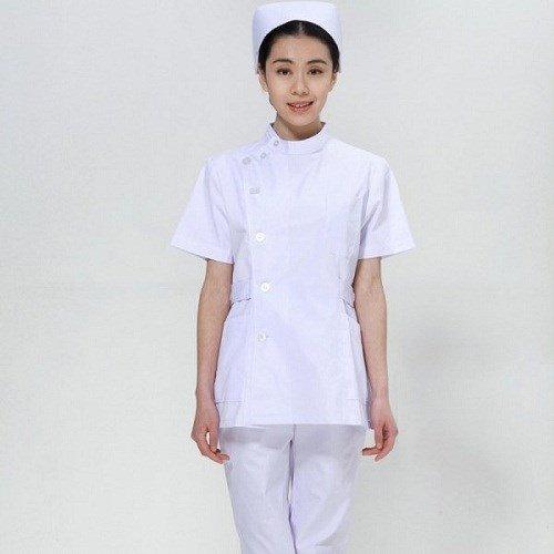 Mẫu áo blouse trắng của y tá. Cổ tròn, tay ngắn.