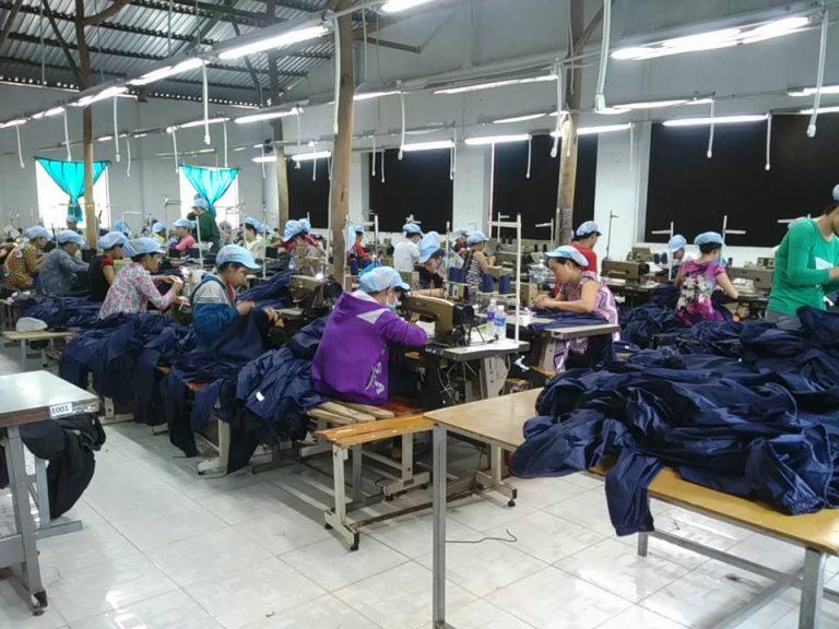 Khu vực sản xuất áo mưa - Công nhân đang sản xuất áo mưa theo đơn đặt hàng từ phía khách hàng.