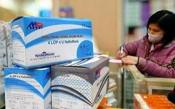 Một hộp khẩu trang y tế bình thường hiện giờ có giá từ 350k tới 500k rất mắc so với khẩu trang vải may tại nhà.