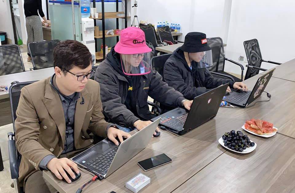 Nhân văn phòng sử dụng mũ chống giọt bắn trong lúc làm việc để giảm khá năng nhiễm bệnh.