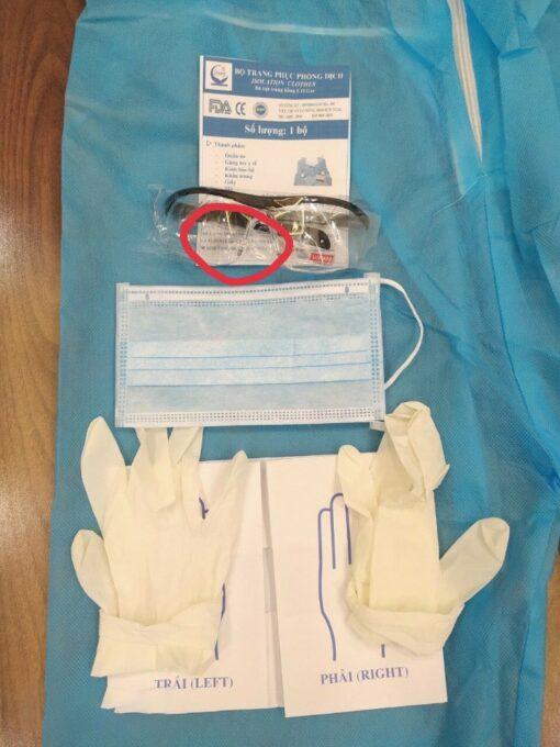 Bộ đồ quần áo chống dịch bệnh bảo hộ y tế bao gồm 5 món: 1. Áo quần mũ liền bộ 1 mảnh, 2. Khẩu Trang Y tế., 3. Găng Tay y tế, 4. Giầy y tế, 5. Kính Bảo hộ mắt.