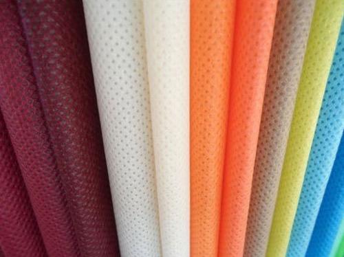 Vải polypropylen loại không dệt thường được các xưởng may khẩu trang sử dụng làm nguyên liệu làm nên những chiếc khẩu trang kháng khuẩn