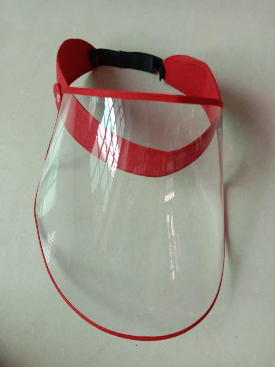 Kính che mặt face shield dùng dán gai để cố định, đơn giản dễ sử dụng