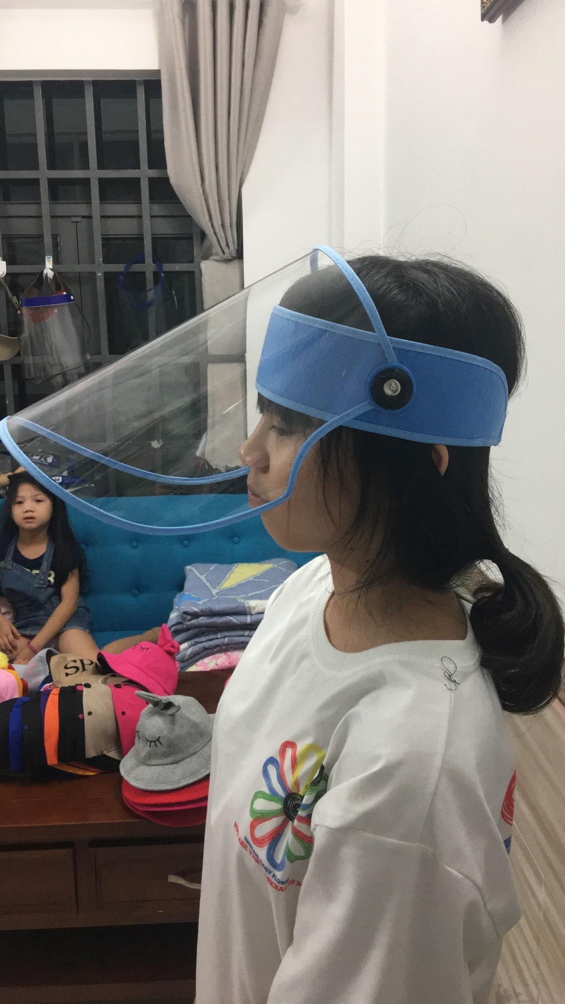 Kính che mặt face shield dùng dán gai để cố định, đơn giản dễ sử dụng Màu Xanh