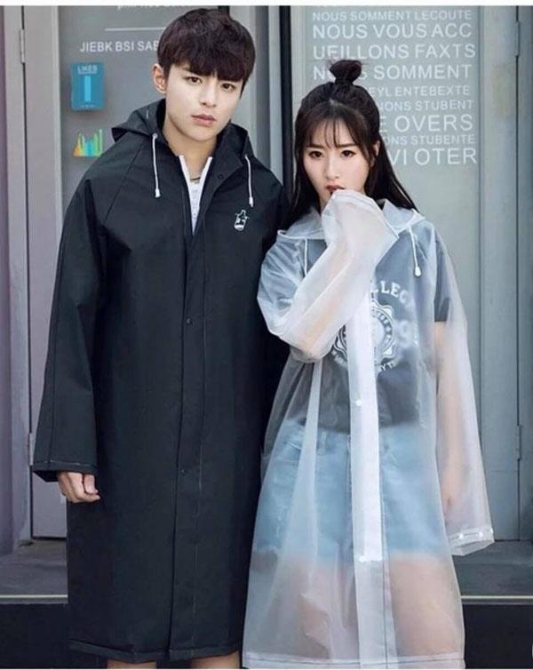 Áo mưa PVC là loại áo mưa có chất lượng trung bình, siêu nhẹ, giá thành tương đối ổn, được sử dụng rất phổ biến.