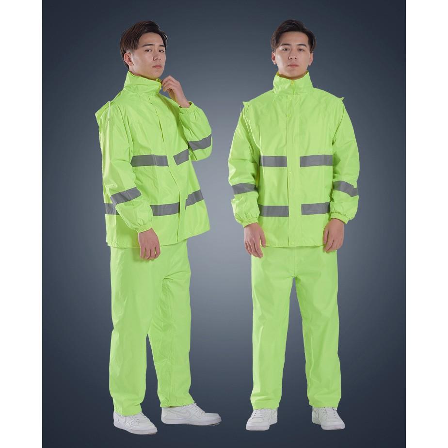 Áo mưa phản quan thường được sử dụng như một loại quần áo bảo hộ lao đông thông dụng.