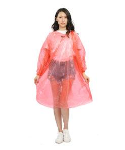 Áo mưa vải nhựa PE thường được sử dụng làm áo mưa tiện lợi dùng một lần với giá thành rẻ và tiện dụng.