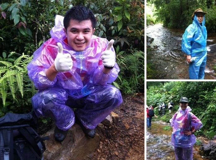 Áo mưa tiện lợi được sử dụng khi đi cắm trại, leo núi cùng bạn bè.