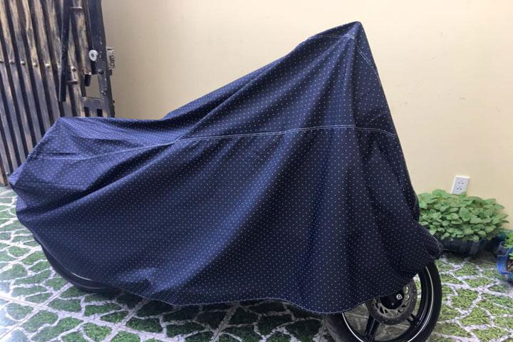 Bạt phủ xe thường được làm từ vải nhựa nhầm chống nước, độ ẩm xâm nhập vào xe máy gây rỉ sét xe.