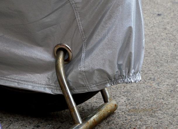 Một số loại áo mưa trùm xe máy cao cấp được thiết kế thêm lỗ khóa để bảo vệ xe máy của bạn chống trộm