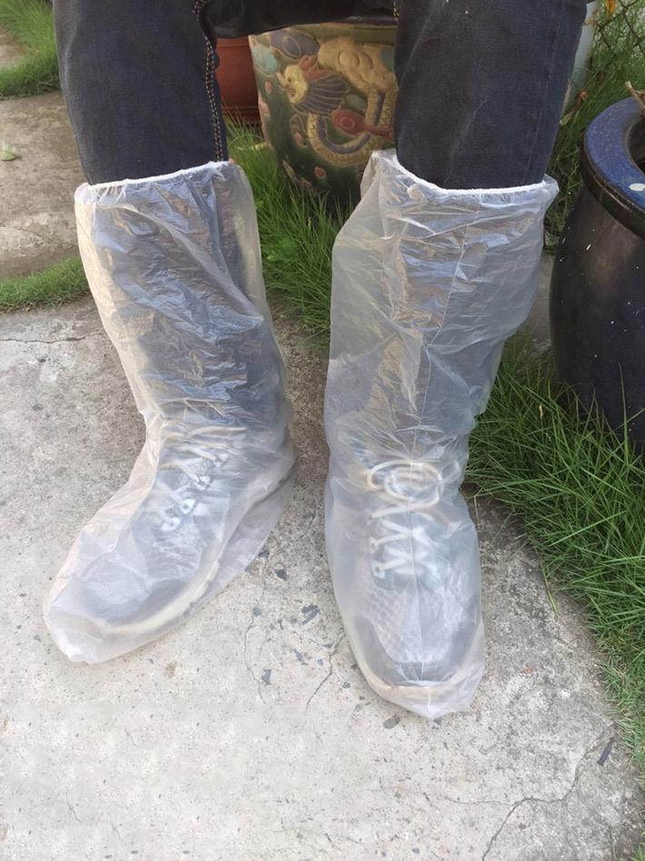 Bao trùm giày sử dụng 1 lần làm từ chất liệu nhựa PE, giúp cho những tín đồ yêu giày không còn lo ngại đôi giày thân yêu của mình bị hư hỏng do trời mưa.