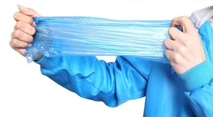 Kéo giãn sản phẩm để xem độ bền của chất liệu làm nên sản phẩm đó
