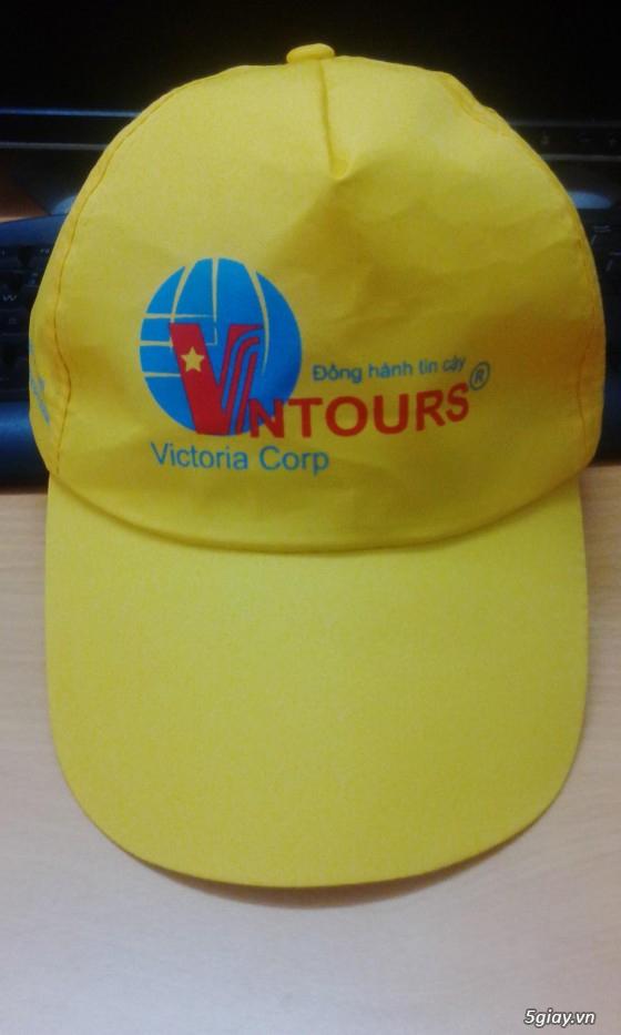 Nón du lịch VN Tours màu vàng được in logo theo yêu cầu.