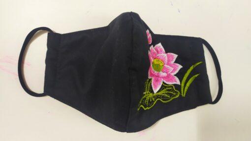 Khẩu Trang Thêu – Mẫu Khẩu Trang Vải 3 Lớp Thêu Hoa Sen Màu Hồng Đơn Giản Trên Nền Vải Đen. 4