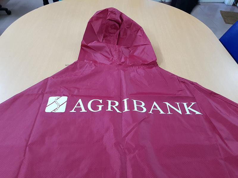 Một mẫu áo mưa siêu nhẹ làm bằng vài dù phủ PU in logo của Agribank